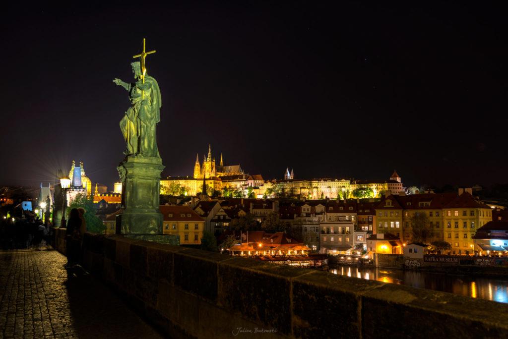 Château de Prague depuis le Pont Charles (Tchèquie)