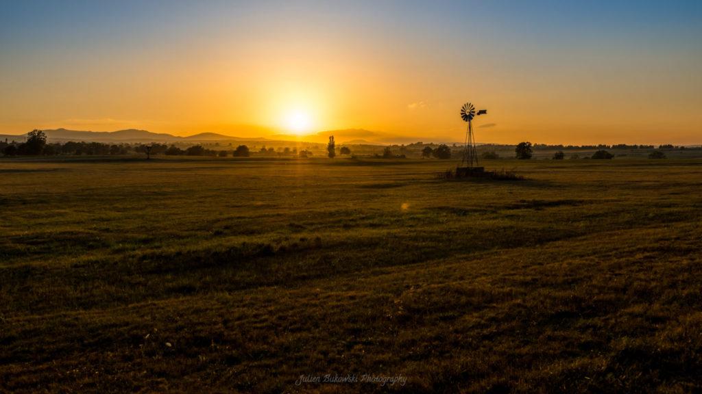 Coucher de soleil sur Valuejols dans le Cantal (France)