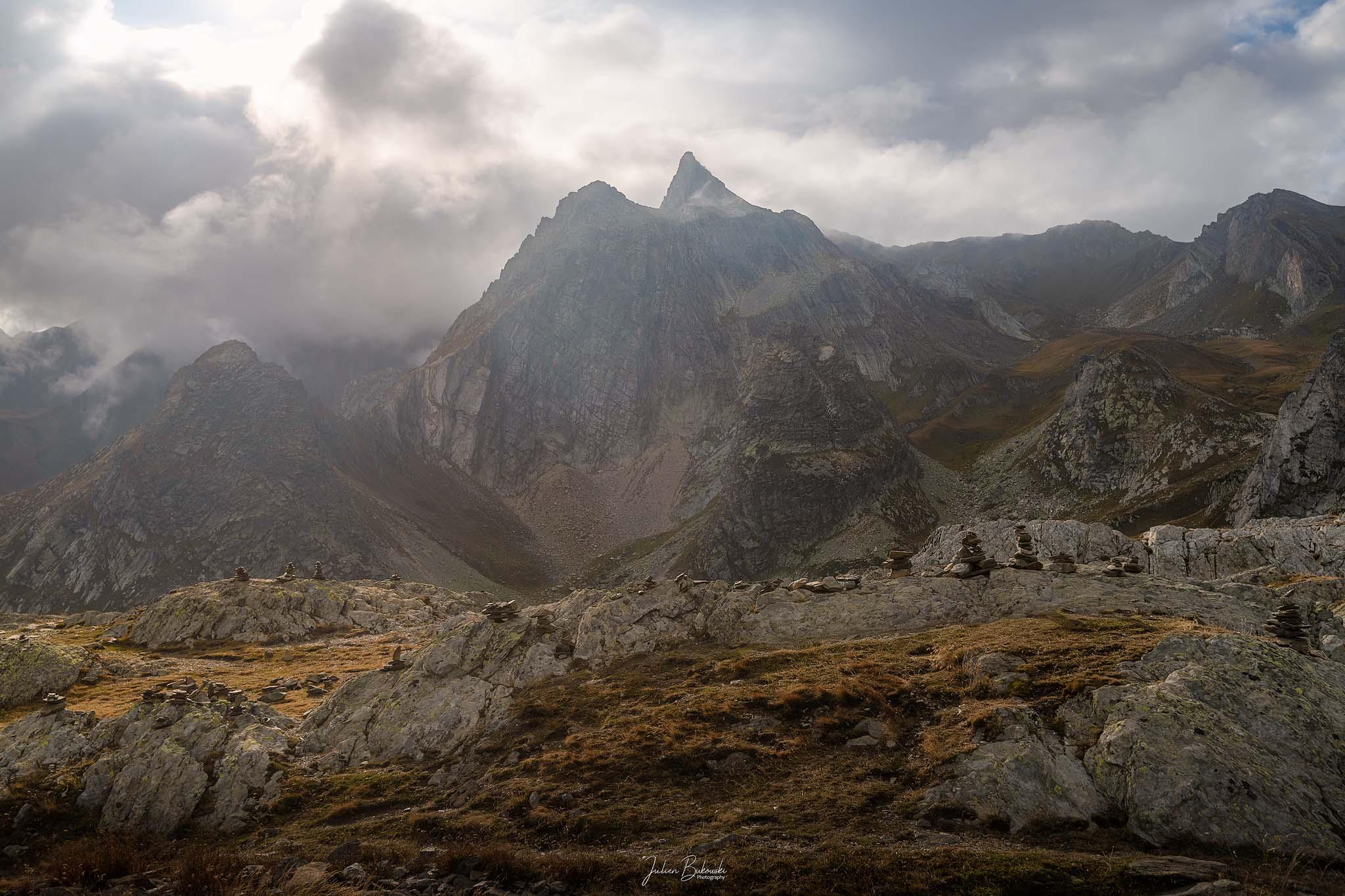 Aligned-Col Grand Saint Bernard-Suisse-Italie-cairn-nuageux-montagnes-col suisse-col italien-brume-nuages
